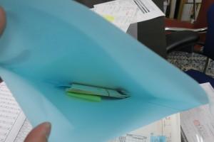 封筒の中に通帳を「横向き」で入れます。