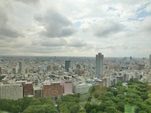 東京都庁の24階から。晴れたり曇ったり雨が降ったり。不安定な天気が続きますね。