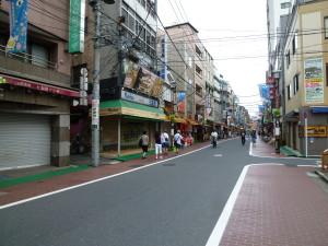 巣鴨地蔵通り商店街。台風のため閉まっているお店が多く、訪れる人もまばらでした。