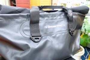 海で使用するバッグなので、防水性能が高いです。申請書などは入れずに個人の持ち物を入れてます。
