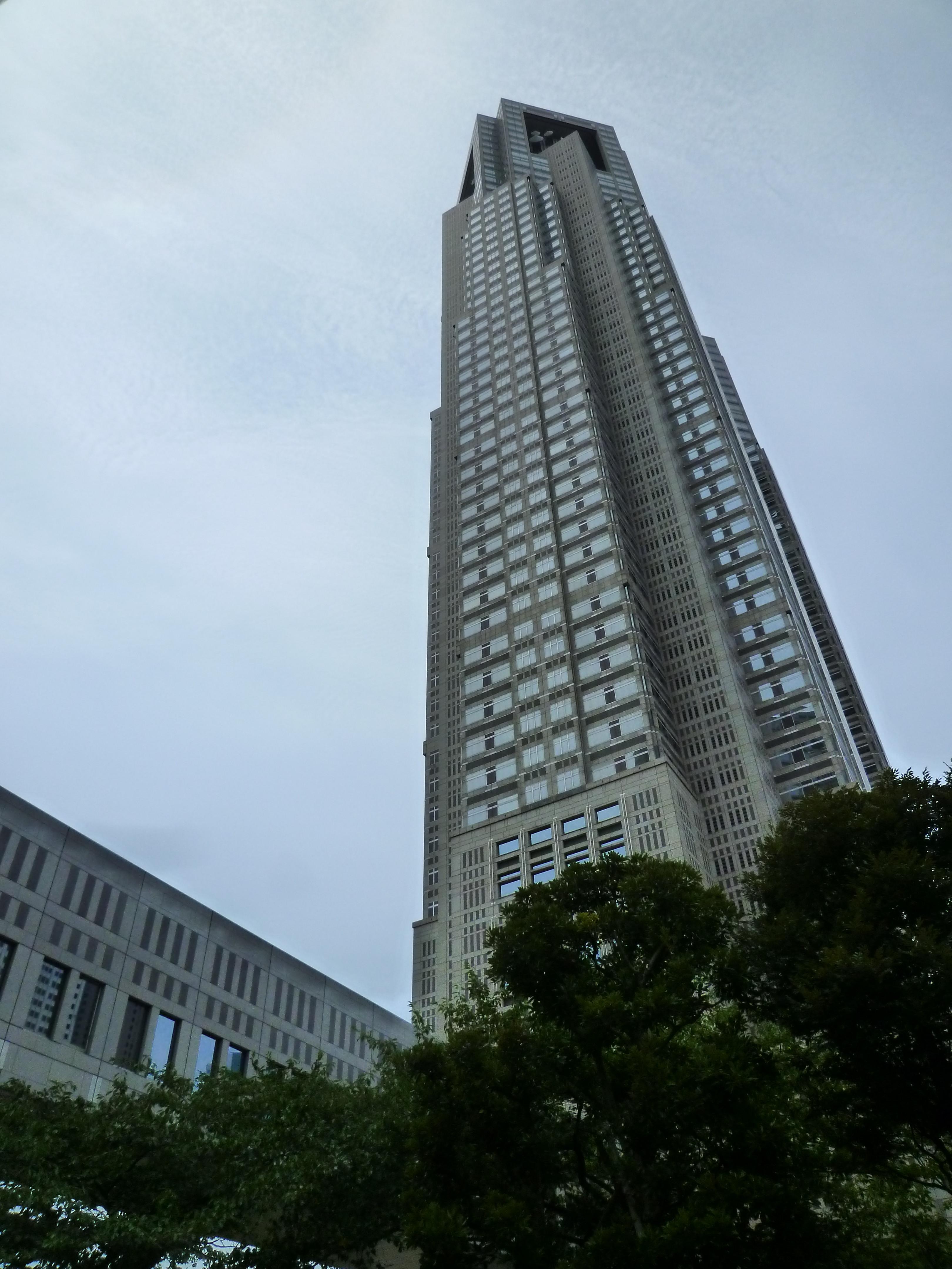 都民情報ルームがある第1庁舎。真横から見るとこんな感じです。